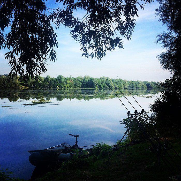 Direct na de eerste nacht blijkt al dat het een taaie week zal worden. Grote delen van de rivier staan vol met wier, wier en nog eens wier...