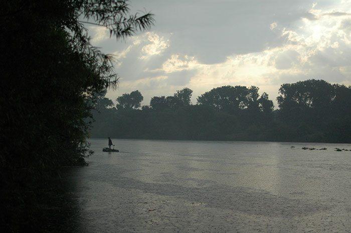 De rivier is door de heftige regenval onbevisbaar en terwijl de laatste regendruppels neerdalen keren de mannen voldaan weer huiswaarts.