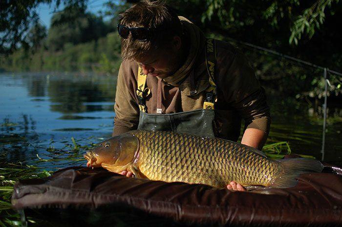 Loon na werken. Een eerste mooie vis voor Martin.