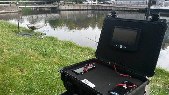 De onderwatercamera en de zendmodule.