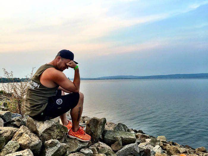Remy overdenkt zijn zonden aan lake Novomlynska.
