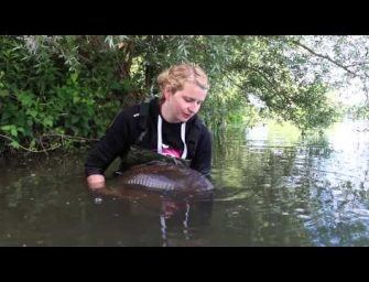 Vrouw verslaat vriend met karpervissen