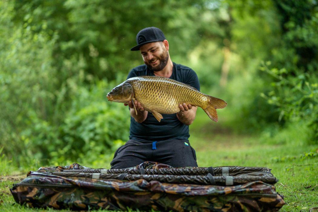 [VIDEO] Een nachtje vissen op wierrijk water met Bart Coeckaerts van Carplevel!